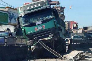 Xe bồn 'phi' lên dải phân cách, xe biển xanh 80A và 2 xe tải 'dính' chặt vào nhau
