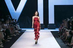 Những đôi giày cao gót lênh khênh của Hoa hậu Hương Giang nhìn đã sợ té ngã