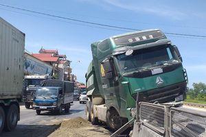 Tai nạn liên hoàn trên QL 1A: Nhiều phương tiện hư hỏng, giao thông ùn tắc