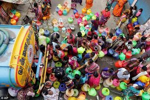 Cảnh khốn đốn của 10 triệu người dân tại thành phố gần như không còn giọt nước vì nắng nóng