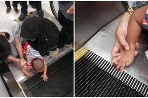 Hãi hùng cảnh bé trai kẹt ngón tay trong thang cuốn khi đi cùng mẹ