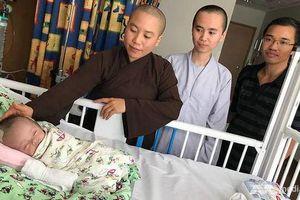 Em bé Việt Nam bị bỏ rơi treo trên cây xuất viện sau khi điều trị tại Singapore