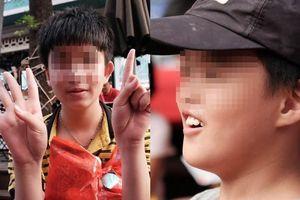 Nụ cười ngây dại của bé trai 10 tuổi bị thiểu năng, mẹ mất, bố bỏ rơi từ lúc mới lọt lòng