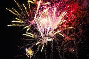 Pháo hoa rực sáng trên bầu trời biển đảo Lý Sơn