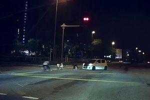 Nhóm trẻ chạy xe đạp vượt đèn đỏ suýt đâm vào ôtô