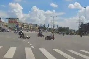 Tài xế vượt đèn đỏ, đâm thẳng vào xe máy khác