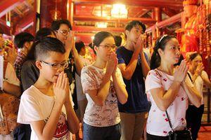 Trước kỳ thi THPT: Học sinh, phụ huynh nườm nượp tới Văn Miếu cầu may