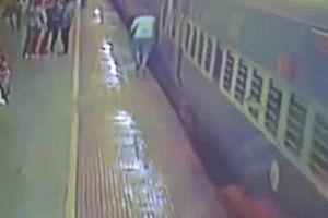 Ấn Độ: Rợn người cảnh hành khách bị tàu hỏa 'nuốt chửng'