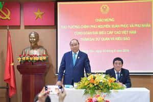Thủ tướng Nguyễn Xuân Phúc thăm Đại sứ quán Việt Nam và gặp gỡ kiều bào tại Thái Lan