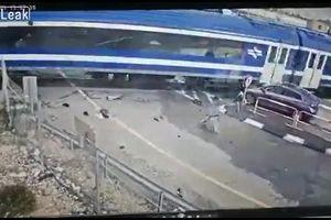 Dừng xe gần đường ray tàu hỏa, SUV nhận 'cái kết đắng'