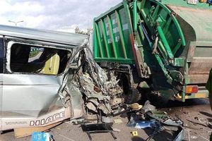 Xe 16 chỗ đâm vào xe rác, 13 hành khách may mắn thoát chết