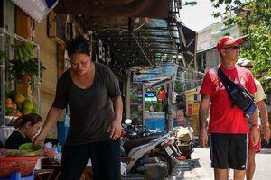 Xe cộ, hàng quán 'nuốt' vỉa hè phố cổ Hà Nội