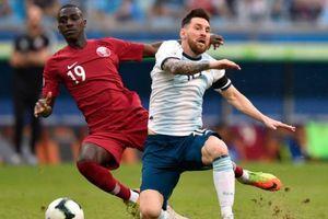 Messi sút bóng lên trời ở cự ly sở trường trong vòng cấm