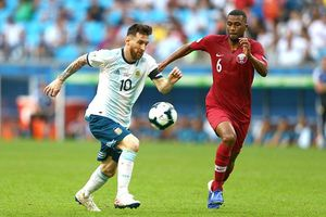 Đánh bại Qatar 2-0, Argentina lách qua cửa tử!