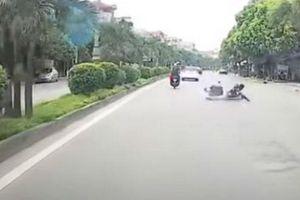 Hãi hùng nam thanh niên đánh võng thể hiện mình... cái kết là ngã lăn quay trên đường, xe máy văng ra xa đáng sợ