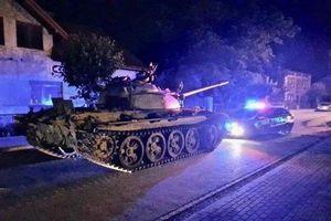 Tài xế say rượu lái xe tăng quân đội 45 tấn đi 'hóng gió' gây náo loạn đường phố
