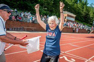 CLIP: Cụ bà 103 tuổi gây 'bão' khi phá kỷ lục đường đua 100m