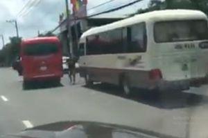 Clip: Hai xe khách chén ép nhau trên đường như phim hành động