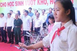 Bộ Kế hoạch và Đầu tư trao tặng nhà tình nghĩa, học bổng và 50 xe đạp cho học sinh Bến Tre