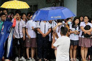 Xúc động cảnh bố mẹ dầm mưa đón con sau giờ thi ở Sài Gòn
