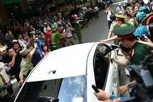 Cả trăm người vây kín khi Nguyễn Hữu Linh rời tòa