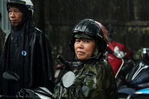 Phụ huynh Sài Gòn xếp hàng dài đội mưa chờ đón con