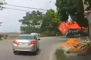 Xe máy thoát chết gang tấc khi container lật nhào