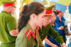 Nữ chiến sĩ công an 'gây thương nhớ' tại điểm thi ở Nghệ An