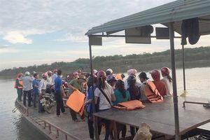 Nghệ An: Hàng trăm thí sinh mặc áo phao, đi đò dự thi
