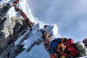 Bỏ mạng vì không thể thoát nổi dòng người chật cứng trên đỉnh Everest