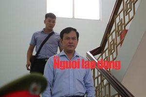 CLIP: Ông Nguyễn Hữu Linh rời tòa trong 'vòng vây' ống kính phóng viên