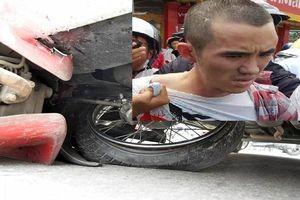 Nghi phạm buôn ma túy lái ô tô tông và kéo lê xe cảnh sát cả cây số trên đường phố