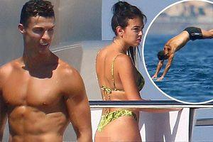 Bạn gái Ronaldo lại gây 'sốt' với ảnh mặc bikini 'bỏng mắt' trên du thuyền