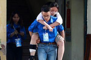 Xúc động thí sinh bị nạn được thanh niên tình nguyện cõng lên tầng 3 dự thi