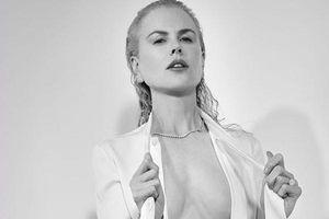 Vợ cũ Tom Cruise phanh áo khoe ngực ở tuổi 52