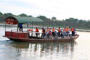 Học sinh Nghệ An mặc áo phao, đi đò qua sông Lam dự thi THPT Quốc gia