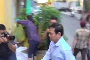 Ông Nguyễn Hữu Linh tìm cách 'né' ống kính phóng viên, chạy nhanh vào tòa