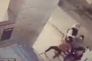 Mẹ bị cướp xe, bé gái 11 tuổi lao ra tung đòn đánh cướp 'chạy mất dép'