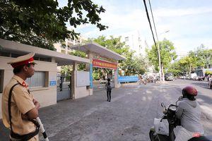 Cận cảnh những thí sinh cuối cùng bước vào phòng thi ở Đà Nẵng