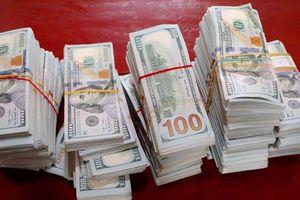 Bị kiểm tra khi qua biên giới, lái thuyền bỏ chạy vứt lại 470.000 USD