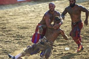 Môn 'bóng bầu dục' thời La Mã cổ đại gây sát thương kinh khủng thế nào?