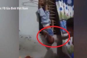 Phẫn nộ cảnh người cha tàn bạo treo ngược con đánh tới tấp vào mặt và bụng