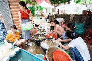 Cô dâu Nghệ An cùng bạn bè rửa bát sau đám cưới gây xôn xao cộng đồng mạng