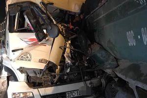 Hà Nội: Xe chở gỗ đâm trúng một xe tải nổ lốp lúc rạng sáng, 2 người tử vong
