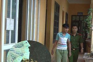 Gã thanh niên đột nhập vào nhà hàng xóm mở két sắt lấy trộm tiền, vàng