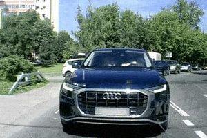 Nữ tài xế Audi cúi xuống tìm đồ, đâm vào ôtô phía trước