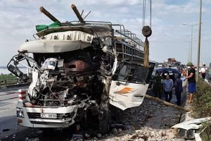 Xe chở gỗ nát đầu sau cú đâm xe chở vật liệu trên cầu Thanh Trì
