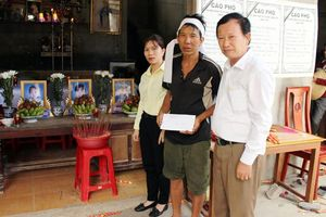 Công ty CPVT Phú Hoàng tại Quảng Bình trợ giúp gia đình có 3 cháu bé bị đuối nước