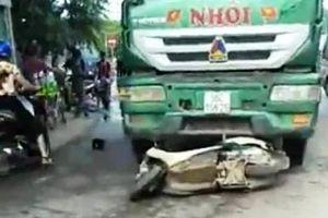 Ô tô tải tông xe máy 'kẹp' 4, 2 phụ nữ tử vong