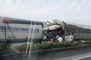 Đâm vào đuôi xe tải, 2 người chết trong ca bin, cầu Thanh Trì ùn tắc nghiêm trọng